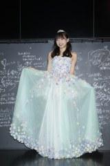 『木崎ゆりあ卒業公演』で着用したドレスを披露(C)AKS