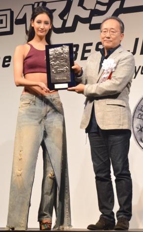 2年連続でベストジーニスト賞を受賞した菜々緒(左) (C)ORICON NewS inc.