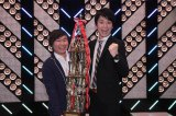 『第42回上方漫才コンテスト』で優勝したかまいたちの山内健司(左)、濱家隆一(右) (C)NHK