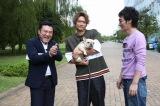 『おじゃMAP!! スペシャル』に出演する(左から)山崎弘也、香取慎吾(草なぎの愛犬・くるみちゃん)、草なぎ剛(C)フジテレビ