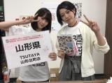 山形・TSUTAYA 山形北町店でお渡し会を行った(左から)西潟茉莉奈(NGT48)、早坂つむぎ(AKB48)