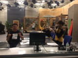 テレビのドォーモを放送しているスタジオでラジオを収録