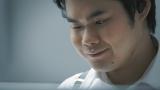 笑顔を浮かべながら演奏するピアニストの辻井伸行