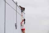 屋上から落ちたユキを支える綾子=『女子力』場面写真