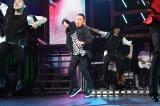 プロダンサーに混じって「RE(PLAY)」を踊る岡村隆史