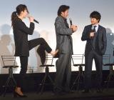 稲森いずみ(左)から公開キックを受けた浅野忠信(中央) (C)ORICON NewS inc.