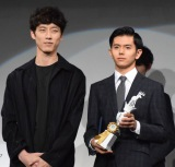 坂口健太郎(左)からトロフィーを受け取った井上翔太さん (C)ORICON NewS inc.