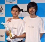 グランプリの井上翔太さん(左)と肩を組む成田凌 (C)ORICON NewS inc.