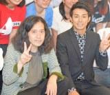 ピース・綾部祐二(右)の渡米を見送った相方・又吉直樹 (C)ORICON NewS inc.