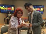 10月25日に誕生日を迎える野沢雅子(左)にバースデーケーキを贈呈した氷川きよし(右)