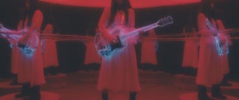 最新技術を採り入れた光る透明なエレキギターが用意された