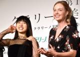 『第15回 クラリーノ美脚大賞2017』表彰式に出席した(左から)土屋太鳳、シャーロット・ケイト・フォックス (C)ORICON NewS inc.