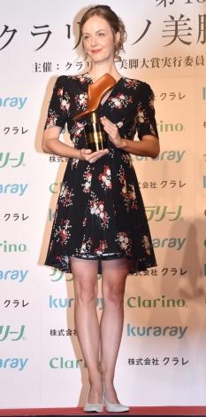 『第15回 クラリーノ美脚大賞2017』で30代部門を受賞したシャーロット・ケイト・フォックス (C)ORICON NewS inc.