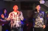 山口智充(左)とデュエットする工藤阿須加=10月14日放送『にじいろジーン』より (C)カンテレ