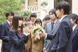 ブーケをプレゼントする様子(C)2017「恋と嘘」製作委員会(C)ムサヲ/講談社