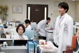第2話には野村周平(右)演じる若手医師・伊東亮治の母が極めて稀な進行胆のうがん肉腫を患っていて…(C)テレビ朝日