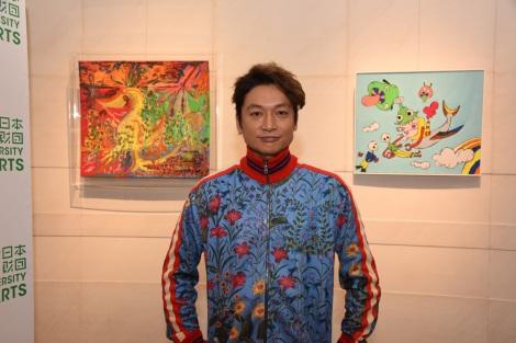 出展作をバックに笑顔を浮かべる香取慎吾 撮影:木奥恵三