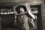 日本テレビ系単発深夜番組『ロバート秋山のウソ枠』で架空の偉人を演じるロバートの秋山竜次(C)日本テレビ