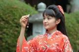 連続テレビ小説『わろてんか』(第12回より)藤吉からもらった文鳥の根付を懐かしそうに眺めるてん(葵わかな)(C)NHK
