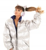 ネコ耳型ヘッドフォンを着用するアリアナ・グランデ