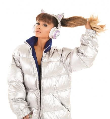 サムネイル ネコ耳型ヘッドフォンを着用するアリアナ・グランデ