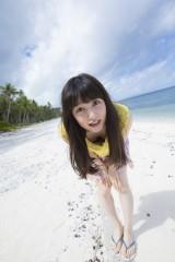 グアムのビーチであどけない表情をみせる桜井日奈子=2nd写真集「桜井日奈子!」より