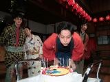 連続テレビ小説『わろてんか』の撮影現場で29歳の誕生日を迎えた松坂桃李(C)NHK