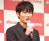 NTTドコモ『2017-2018 冬春 新サービス・新商品』の発表会に出席した綾野剛 (C)ORICON NewS inc.