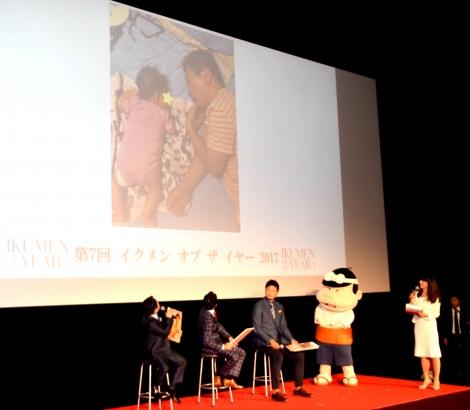 子どもとの写真を公開した爆笑問題・田中裕二=「イクメン オブ ザ イヤー2017」の授賞式 (C)ORICON NewS inc.