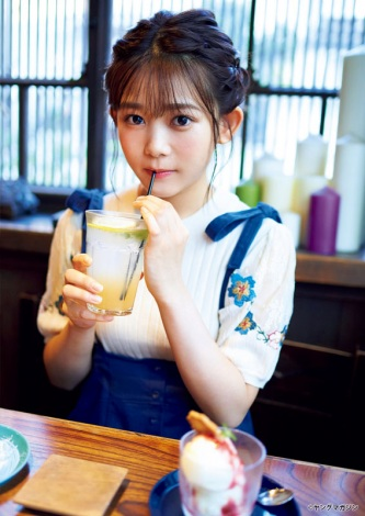『月刊ヤングマガジン』11号に登場した欅坂46・尾関梨香(C)岡本武志/ヤングマガジン