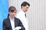 事件現場でも白いスーツ(C)テレビ朝日
