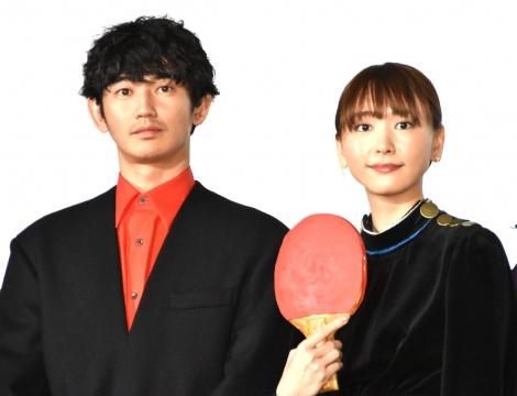 映画『ミックス。』初日舞台あいさつに出席した(左から)瑛太、新垣結衣 (C)ORICON NewS inc.