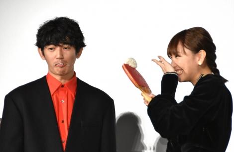 舞台あいさつでは、新垣結衣から瑛太にファーストバイトが行われた (C)ORICON NewS inc.