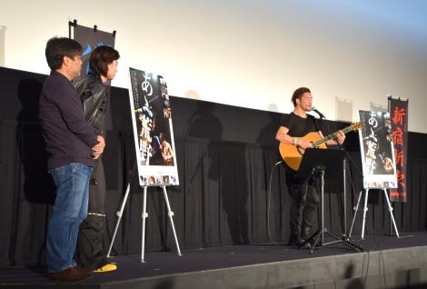映画『あゝ、荒野 後編』の初日舞台あいさつでTOSHI-LOW(右)が主題歌を生披露 (C)ORICON NewS inc.
