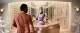 不気味な美容ロボ=『キングスマン:ゴールデン・サークル』場面写真(C)2017 Twentieth Century Fox Film Corporation