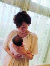 愛息子との2ショットを披露した田丸麻紀 ※『mamagirl』最新号(エムオン・エンタテインメント/11月25日発売)より