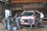ラブワゴンを洗車=『あいのり: Asian Journy』のオープニング映像撮影の模様 (C)ORICON NewS inc.