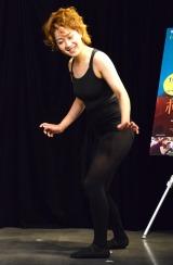 紅蘭から教えてもらったセクシーポーズを披露する尼神インター・渚=都内で映画『ポリーナ、私を踊る』公開直前イベント (C)ORICON NewS inc.
