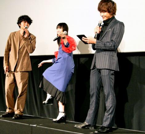 マリオみたいな服と言われておどける森川葵(中央)=映画『恋と嘘』公開記念舞台あいさつ (C)ORICON NewS inc.