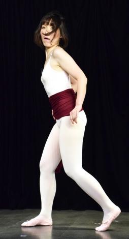 紅蘭から教えてもらったセクシーポーズを披露する尼神インター・誠子=都内で映画『ポリーナ、私を踊る』公開直前イベント (C)ORICON NewS inc.