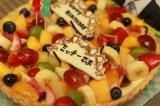 関西テレビ・フジテレビ系連続ドラマ『明日の約束』撮影現場で及川光博に贈られたバースデーケーキ(C)関西テレビ