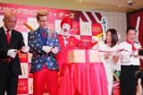 マクドナルドのアメリカンバーガー新シリーズ『アメリカンデラックス』発表会に出席した(写真左)厚切りジェイソンと眞鍋かをり (C)oricon ME inc.