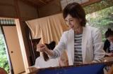 10月26日放送、『科捜研の女』第2話より。マリコ(沢口靖子)が針と糸を手に繊細な日本刺繍にチャレンジ(C)テレビ朝日