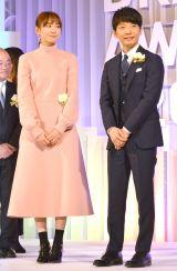 『東京ドラマアウォード2017』の授賞式に出席した(左から)新垣結衣、星野源 (C)ORICON NewS inc.