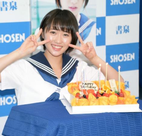 誕生日ケーキを前に笑顔でピースサイン (C)ORICON NewS inc.