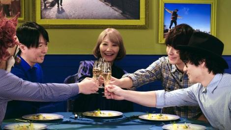 小沢健二とSEKAI NO OWARIの新コンテンツ「フクロウの声が聞こえるディナー・テーブル・カラオケ」場面写真