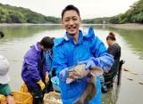 11月26日放送、テレビ東京系『緊急SOS! 史上最大の池に異常発生!怪物10000匹!? 池の水ぜんぶ抜く大作戦5』俳優の小泉孝太郎が池の水抜きに挑戦。とても楽しそうです(C)テレビ東京