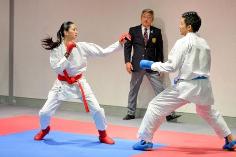 全日本空手道選手権大会王者・荒賀龍太郎選手(右)と試合形式で組手の実技に挑戦した是永瞳