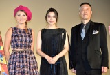 『第30回東京国際映画祭』特別招待作品『巫女っちゃけん。』舞台あいさつに登壇した(左から)アレクサンドラ・スタン、広瀬アリス、グ・スーヨン監督