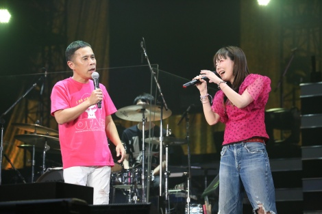 (左から)aiko、岡村隆史=『ニッポン放送 オールナイトニッポン50周年 岡村隆史のオールナイトニッポン歌謡祭 in 横浜アリーナ2017』より